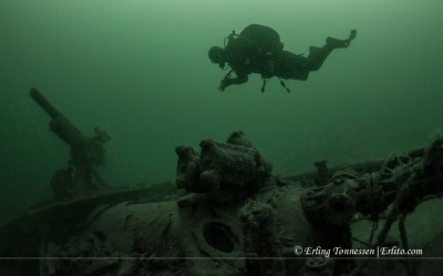 Diver posing at the shipwreck NK02 Dragoner